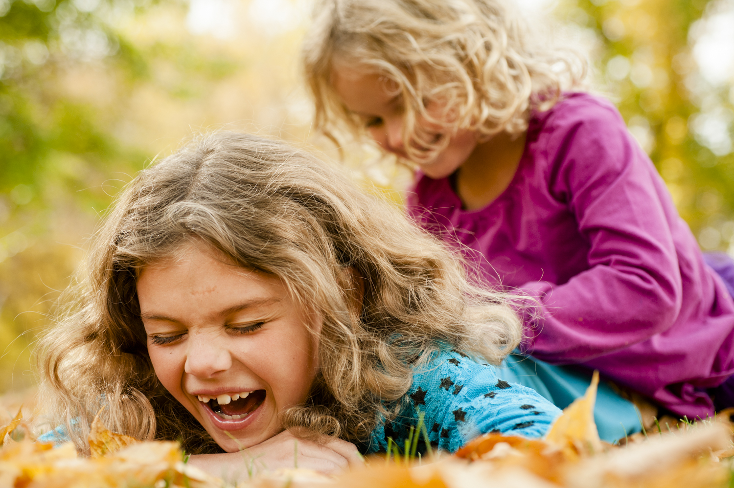 fall_lifestyle_family_leaves_candid_playing-019.jpg