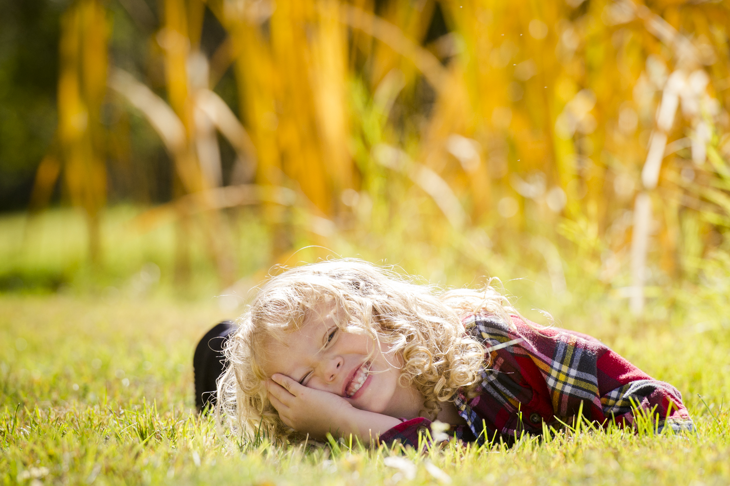 fall_lifestyle_family_leaves_candid_playing-020.jpg