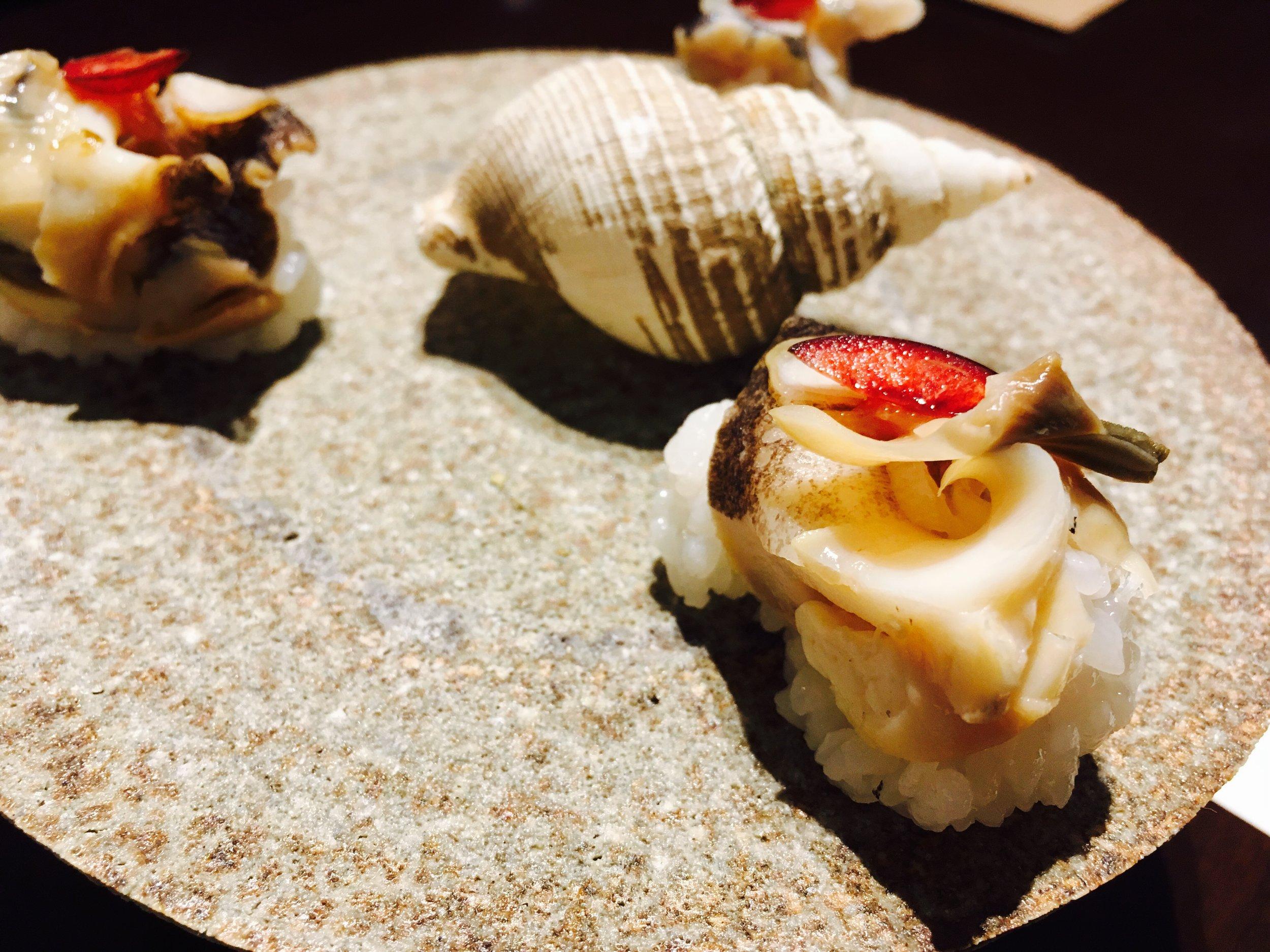 サガマバイ、というバイ貝。梅肉とドライチェリーがのってます。