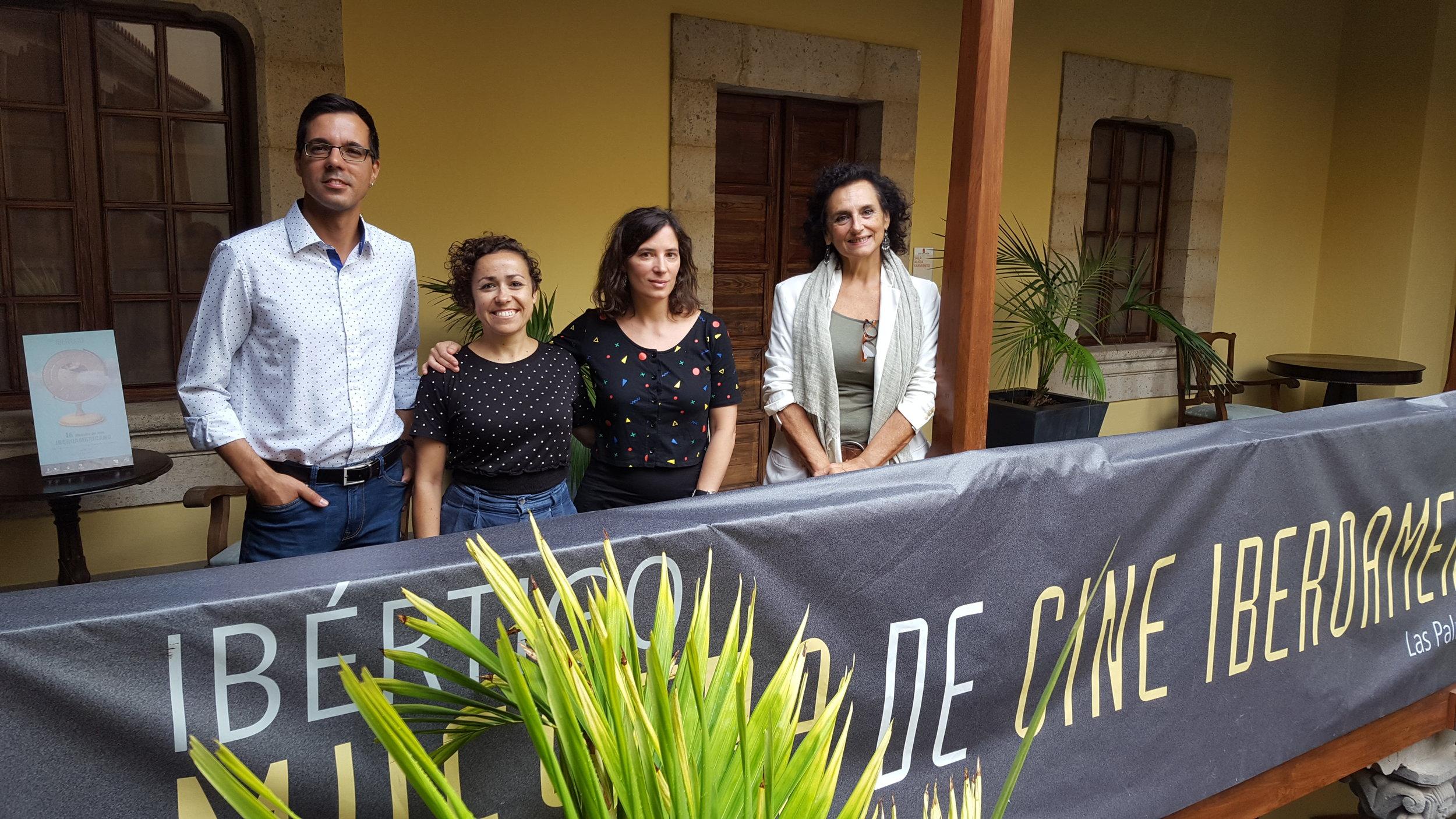 Foto final de familia con: Haliam Pérez, vicepresidente de la Asociación de cineastas de Canarias Microclima, Sara Álvarez, integrante de la Asociación de cine Vértigo, la cineasta Milagros Mumenthaler, y Elena Acosta, directora de la Casa de Colón.