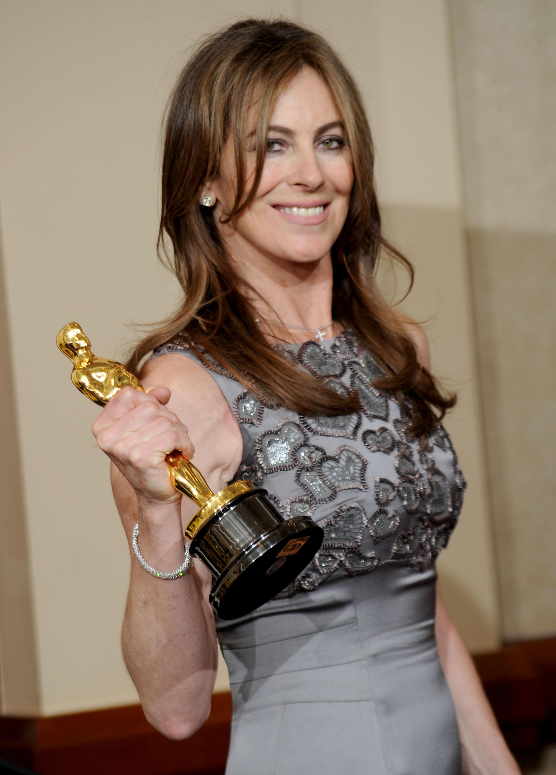"""Kathryn Bigelow con el Óscar obtenido por la dirección de """"En tierra hostil"""" (2008)"""