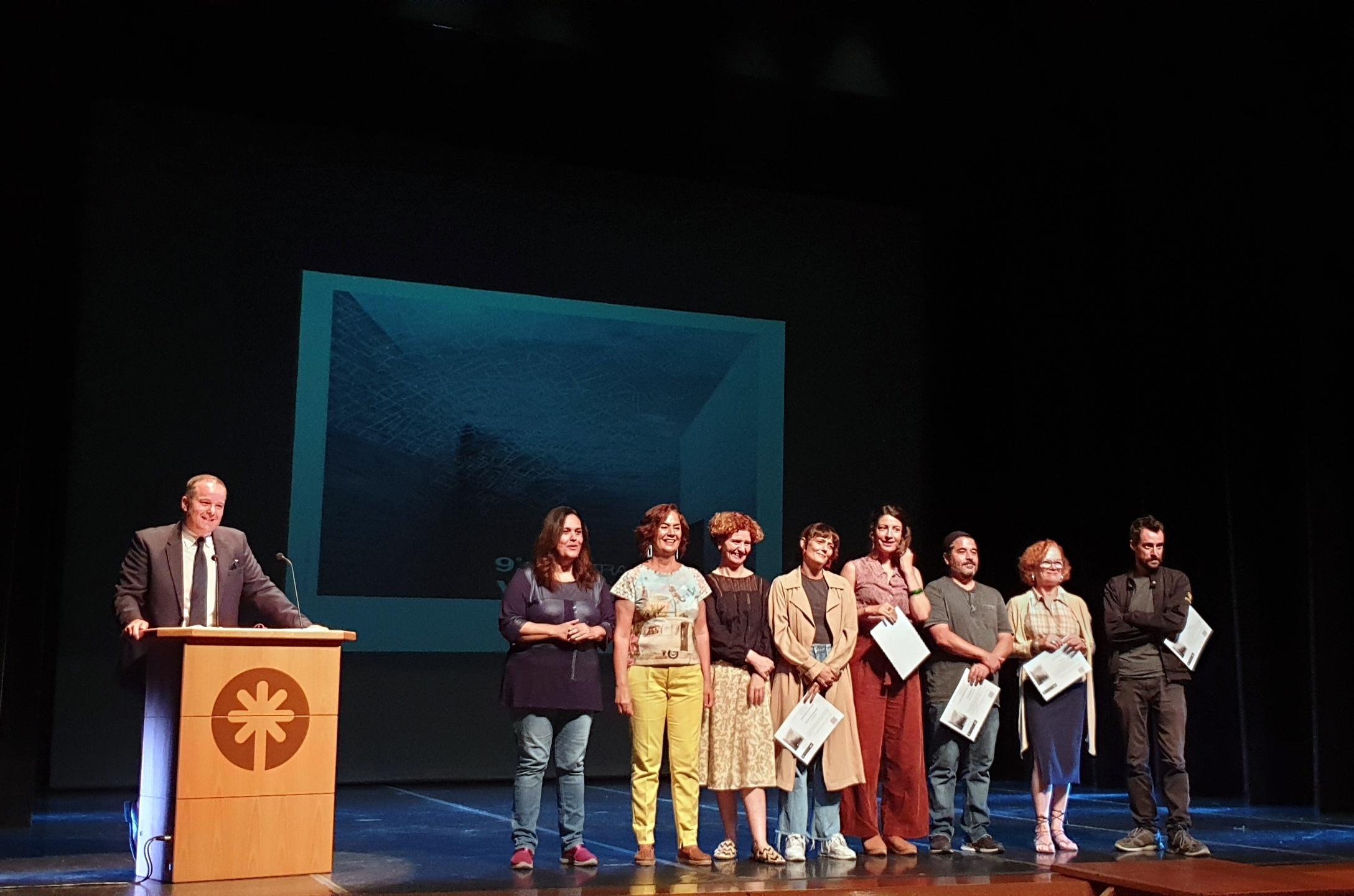 Visionaria 2019. Foto final de familia, con el presentador de la gala, los premiados y premiadas, representante del jurado y la presidenta de la Asociación.