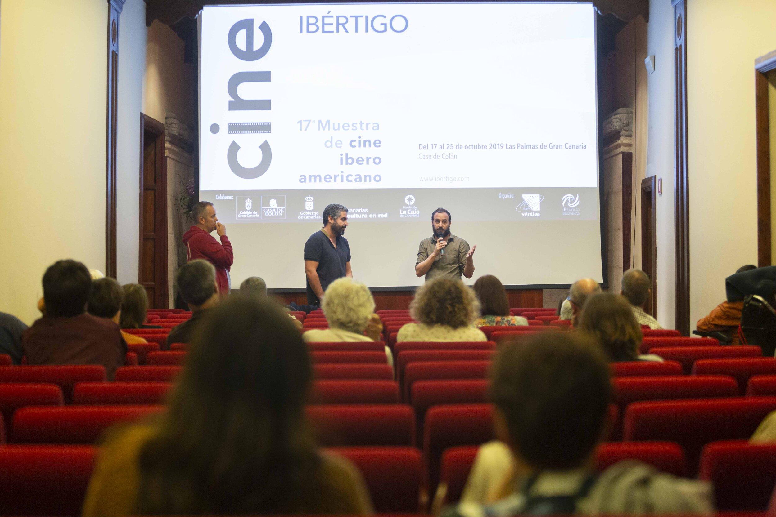 Momento de la presentación de 'Refugiado' con Diego Lerman, acompañado del cineasta canario José Ángel Alayón. Foto: Gustavo Martín