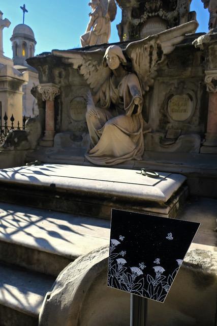 El otro lado  está expuesta en el cementerio de Poblenou hasta el final del año 2018. En la entrada del cementerio encontrarás una mapa e instrucciones para seguir la ruta por siete ángeles del cementerio.