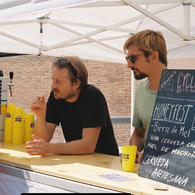 Cerveza con miel! El año pasado colaboramos con @cyclicbeerfarm para elaborar cerveza artesana con miel de madroño.  #barcelona #bcnhoneyfest #honeyfest #abejas #miel #bees #honey #savethebees #nature #beekeeper #honeybees #flowers #summer #beesofinstagram #naturephotography #photography #apiculture #beer