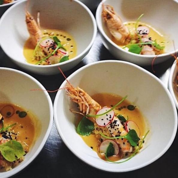 In samenwerking met een echte chefkok serveert The Real Gentlemen & co. een geweldig walking dinner.