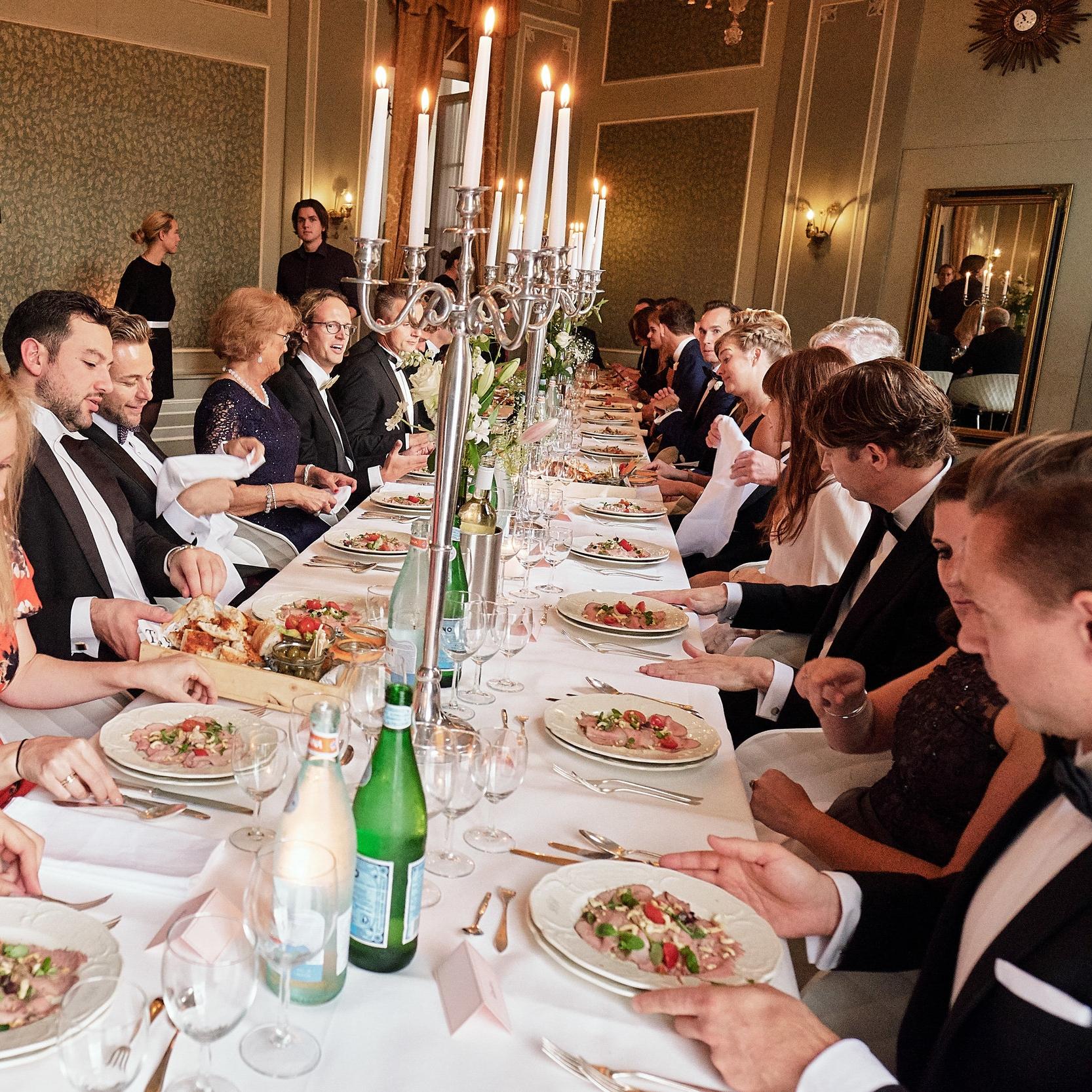 Een sit down dinner is er voor unieke gelegenheden. Wij zorgen voor de tafels, stoelen en bediening. De chef kok zorgt voor de lekkerste sit down dinner gerechten.
