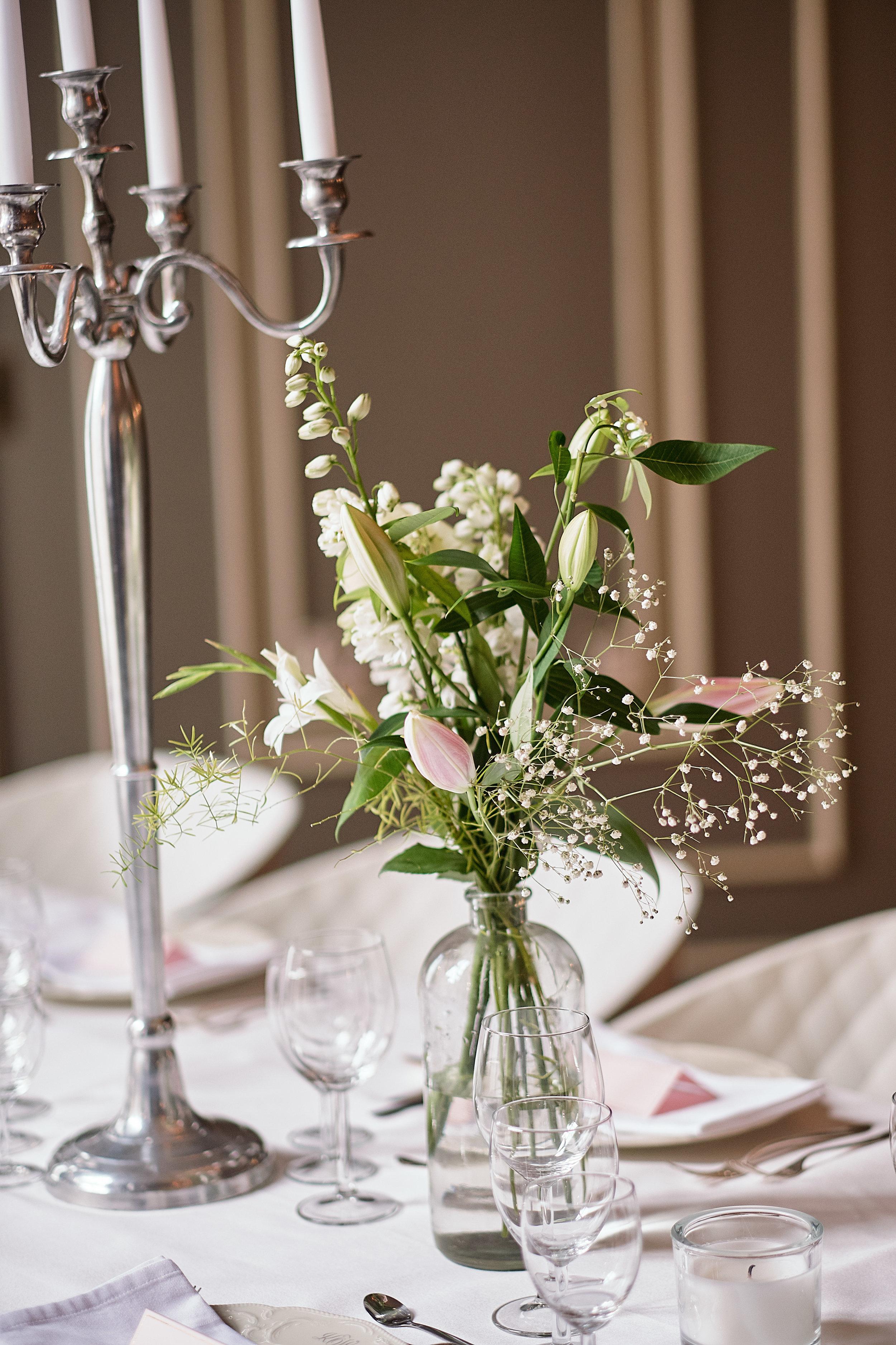 Een bloemstuk op tafel zorgt voor sfeer tijdens je bruiloft.