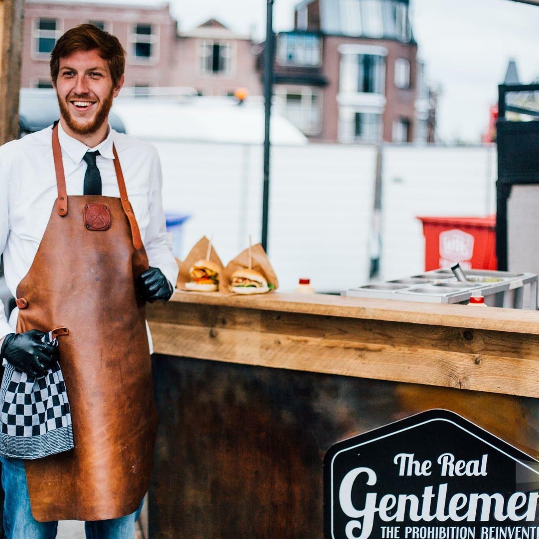 Onze mannen zorgen voor de beste sfeer op je winterbarbecue, bedrijfsfeest of tijdens de bruiloft catering. Onze foodtruck boeken is heel eenvoudig!