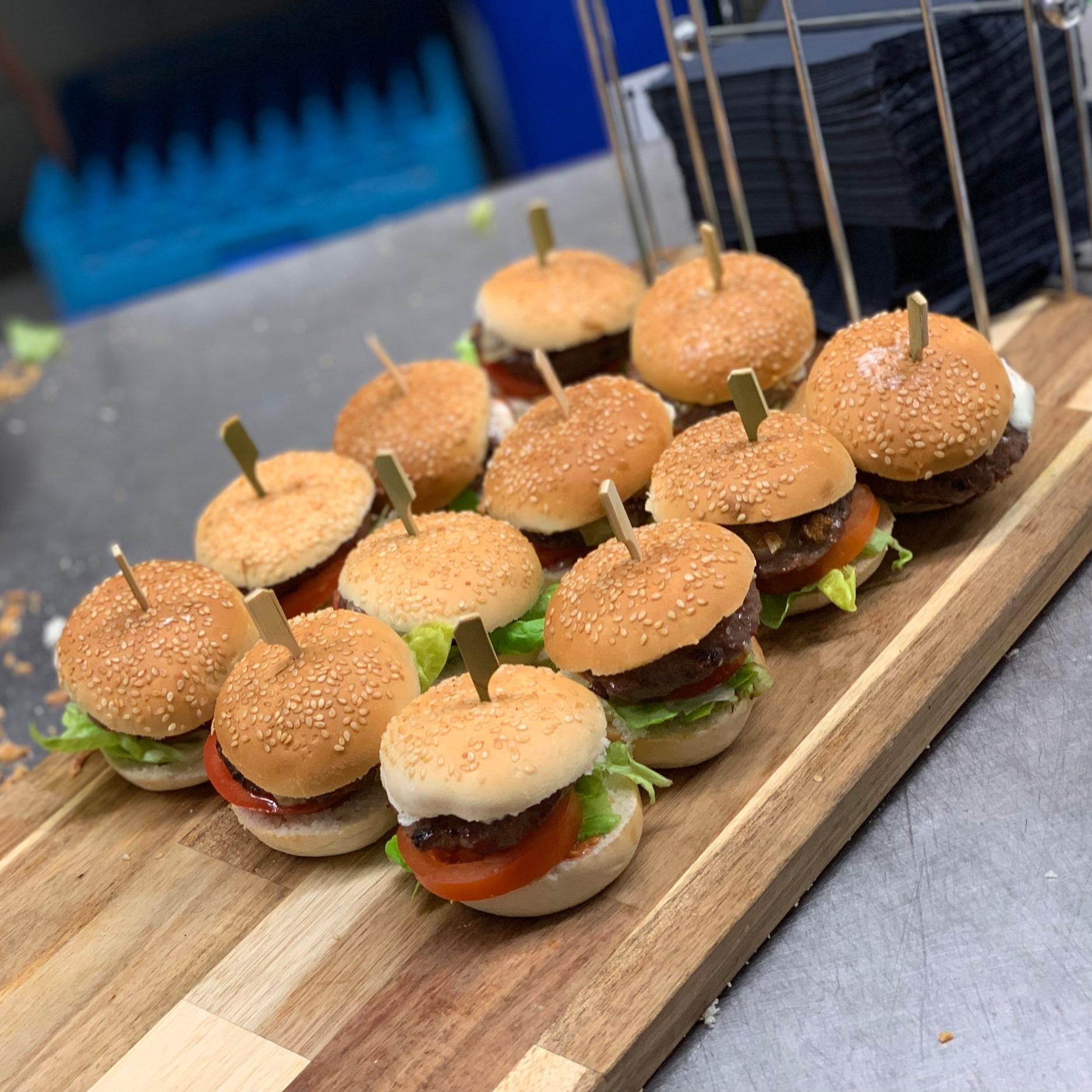 Mini hamburgers zijn ideaal voor tijdens de borrel. Wij serveren ze vaak in combinatie met mini saté, spareribs en pulled pork of pulled chicken.