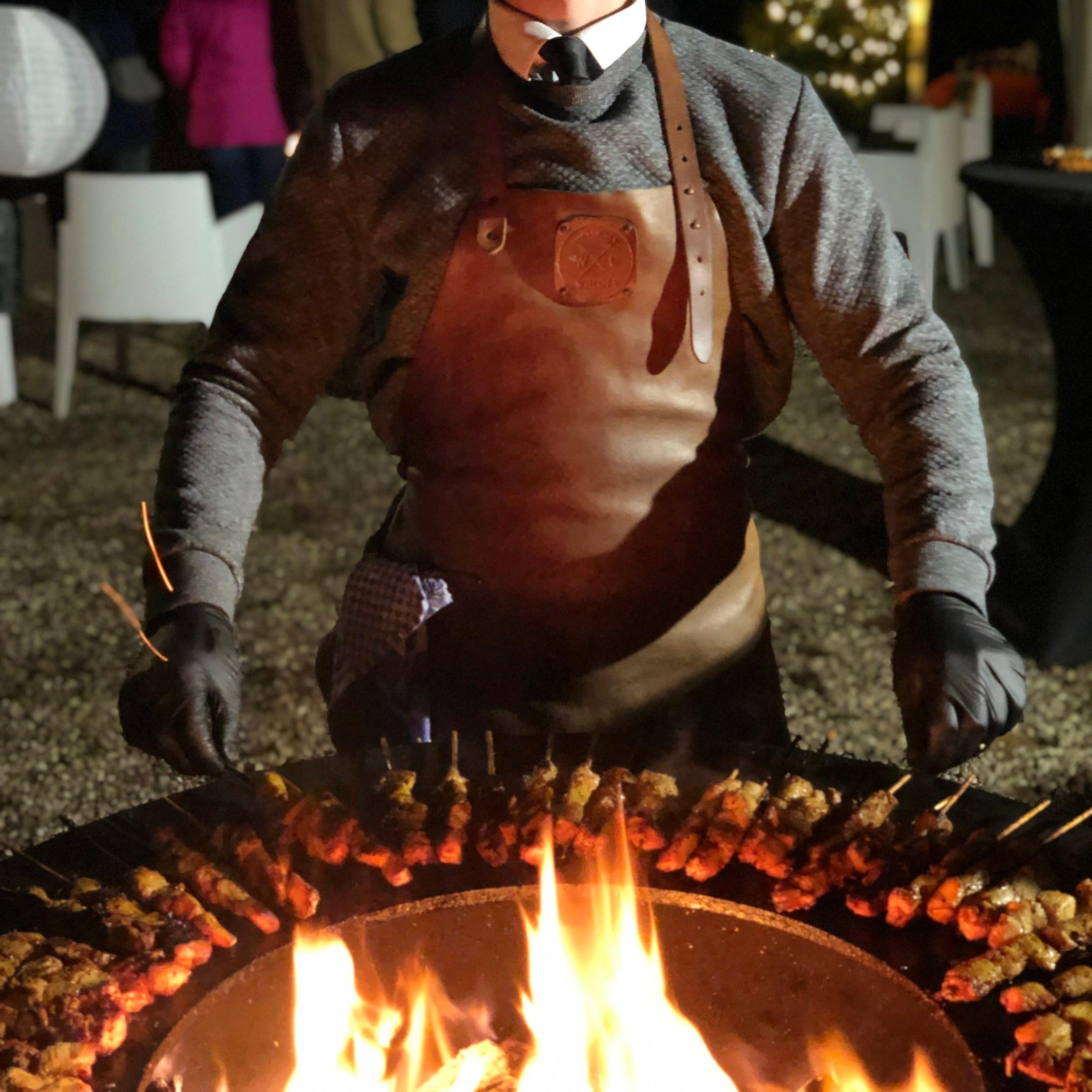 Wij organiseren de beste winterbarbecue's. Saté, burgers, spareribs en de lekkerste salades bereidt door een echte grillmaster in de KOPA houtskooloven of Black Bastard houtskoolbarbecue.