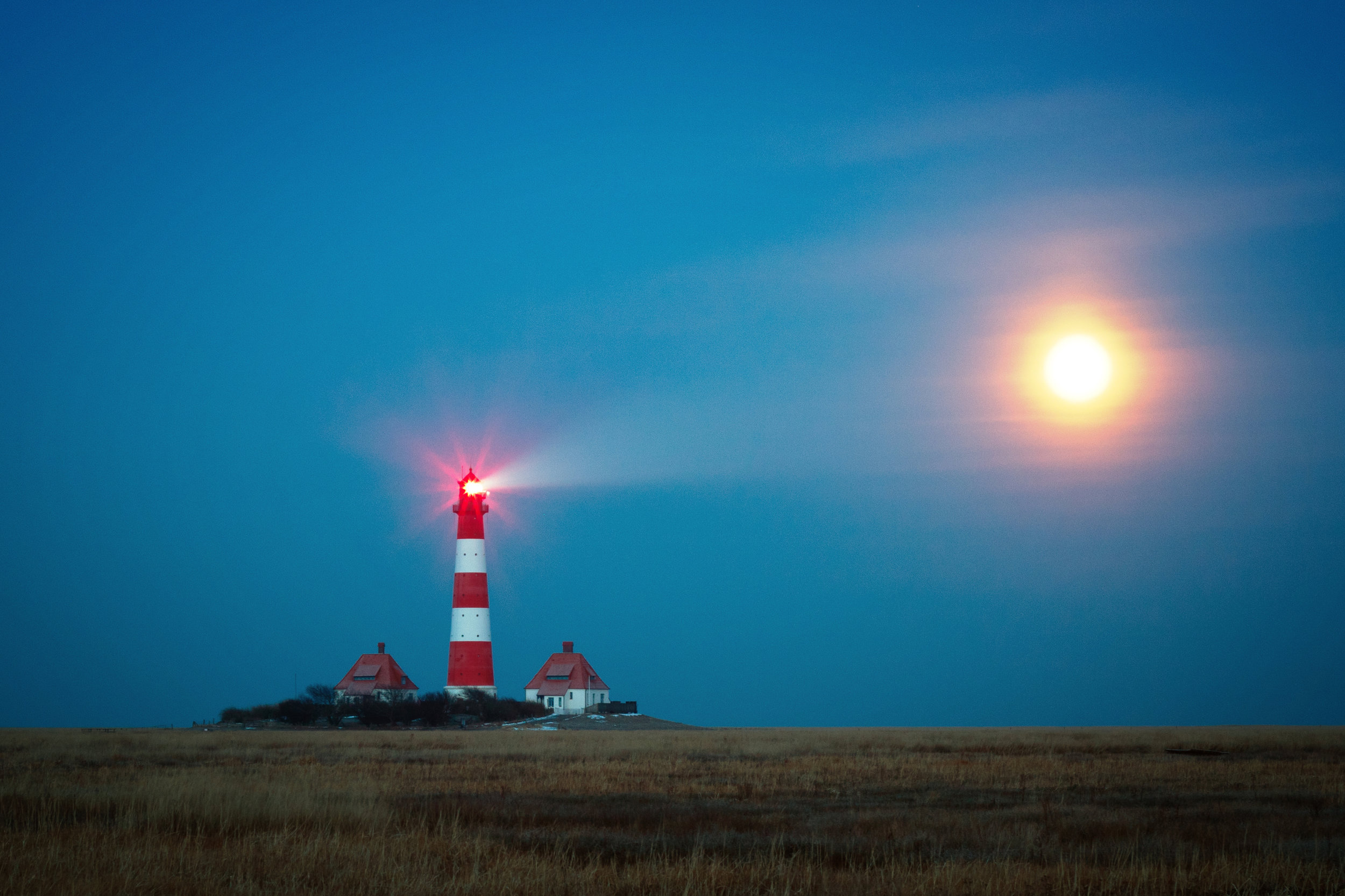 lighthouse-1334925.jpg
