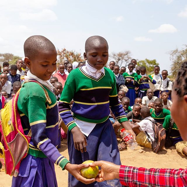 Today we awarded 69 students accross the seven standards for their excellent participation this last quarter in toothbrushing. All students that participate in 80% or higher get an award, and today was oranges! . . . #healthamplifier #toothbrushing #awards #motivation #inspiration #nutrition #healthcare #kikavu #tanzania #eastafrica #development #worktogether #school #changeisgood #smile #happy