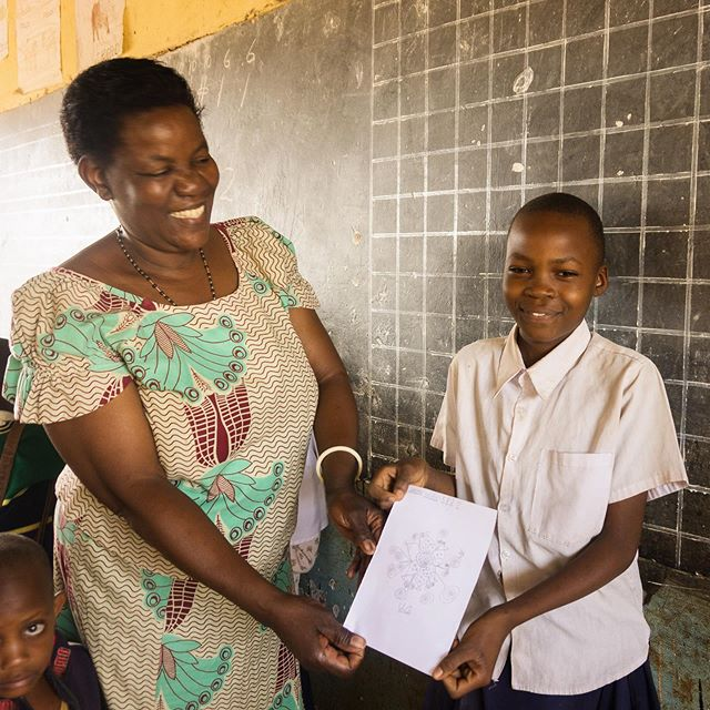 Today is world teachers' day!  This is the perfect occasion to thank all the teachers for their hard work and for motivating and inspiring students. And a special thanks to the teachers working in the schools in Kikavu!  This is a photo of one of the teachers from the Chini school with a student during a drawing competition at school. 👩🏾🏫👨🏻🏫👩🏽🏫👩🏼🏫👨🏽🏫👨🏿🏫 . . . #worldteachersday #healthamplifier #tanzania #kikavu #teachers