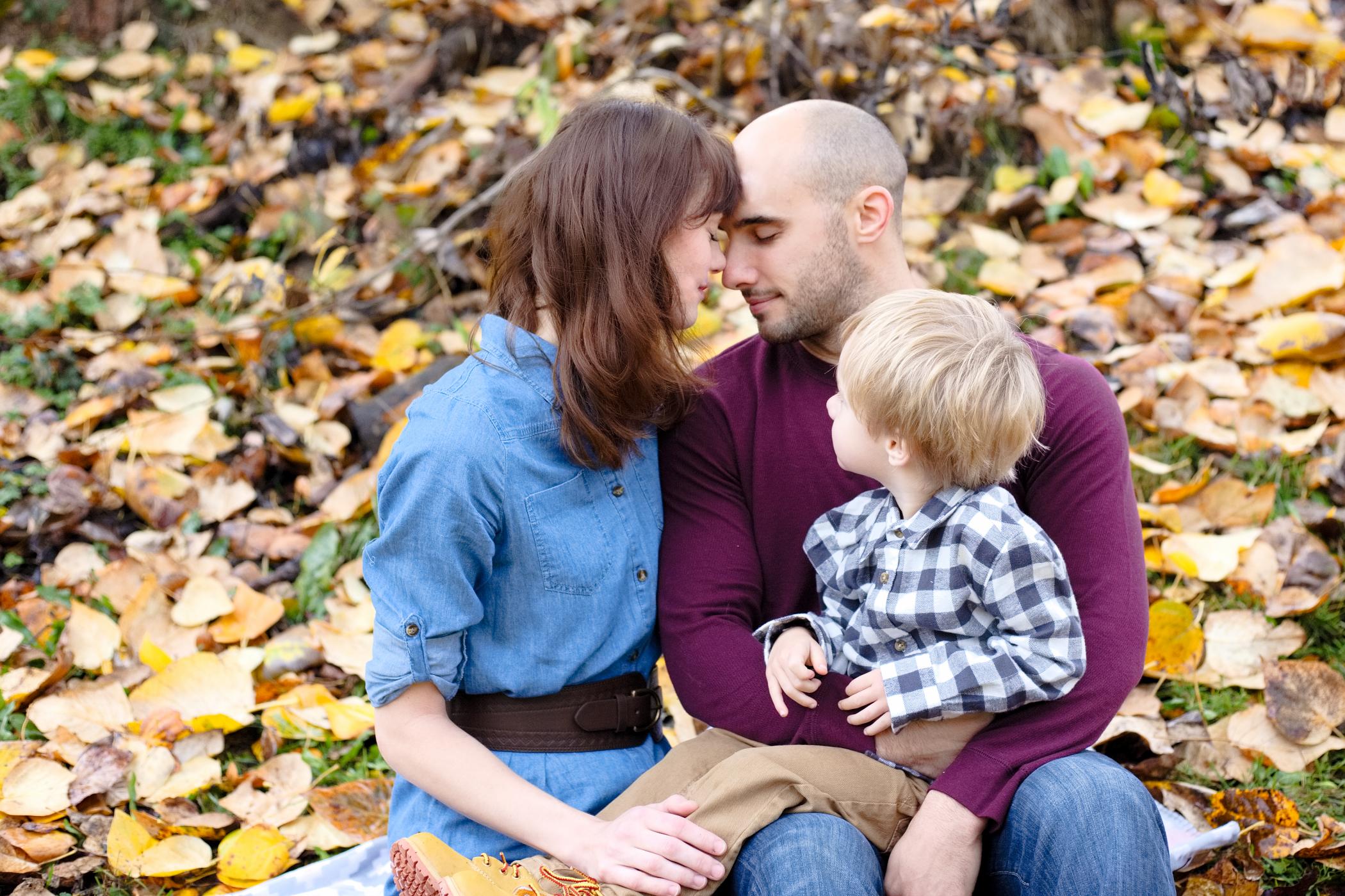 family_of_three_family_snohomish_county_photographer_moments.jpg