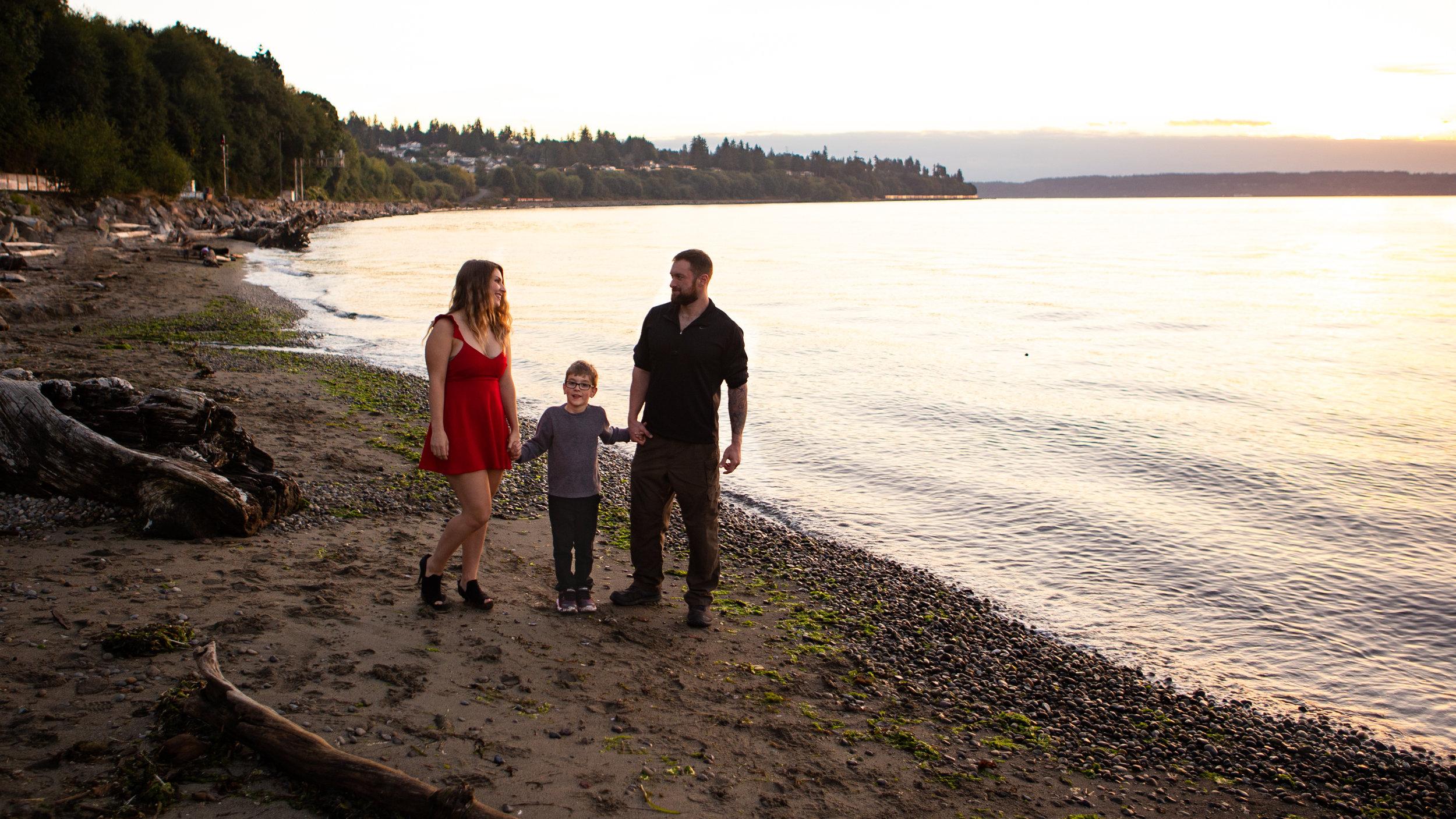family photorapher, family of 3 walking on everett beach