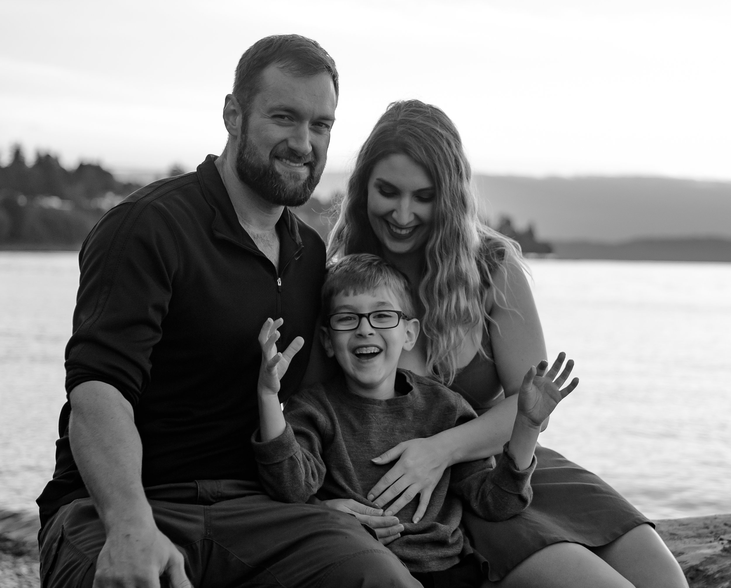 candid moment of Lake Stevens famiy in black and white