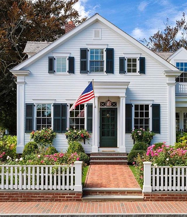 Happy #MDW 🇺🇸 and the unofficial start of summer! ☀️ . . . #Hamptons #ACK #traditionaldesign #design #milliondollarlisting #architecture #architecturelovers #architecturephotography