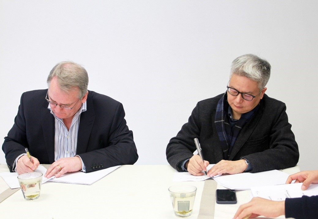 Signing ceremony between Mr. Malcolm Stewart, CEO of NeuDrive Limited and Mr. Weiguo Wang, Founder and Chairman of Cocoon.