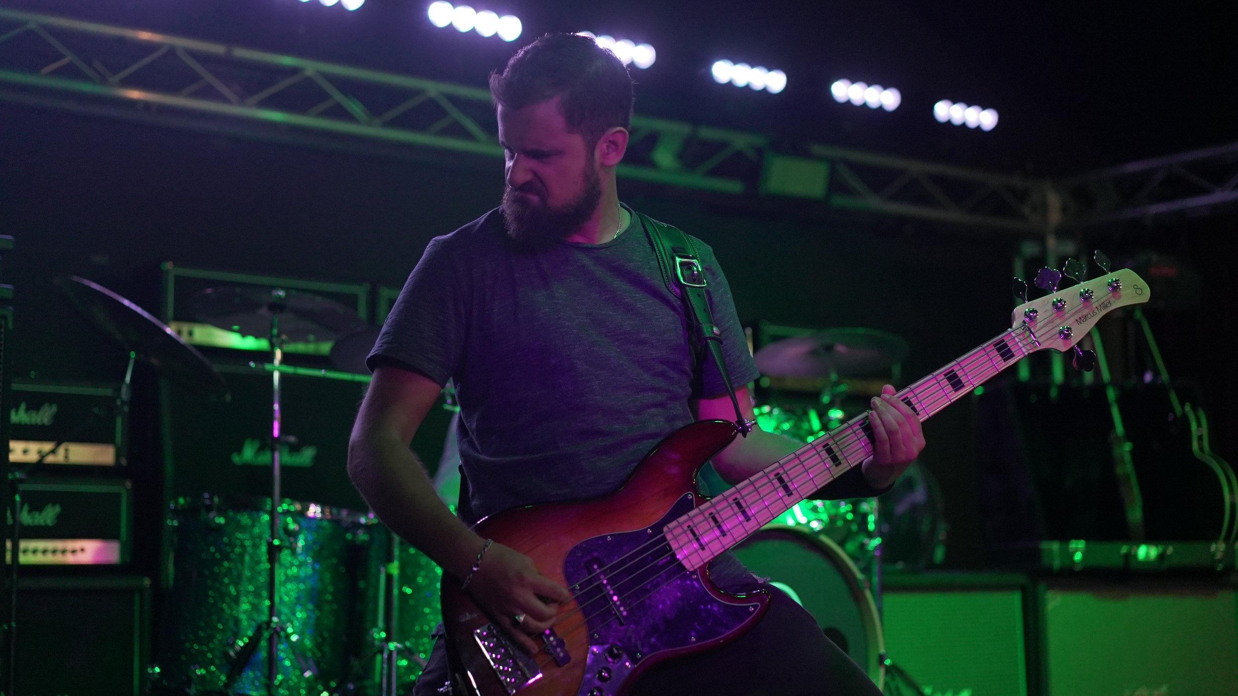LEON PHILIPSEN - Bass
