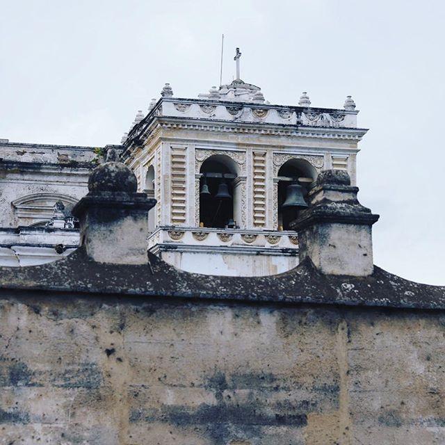 Campanario del templo de San Francisco, La Antigua Guatemala . . . . . . #guatemala #guategram #visitguatemala #arquitectura #antiguaguatemala #canon #canon5dmarkiv #canonguatemala