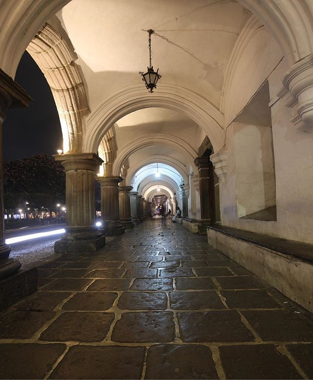Antigua Guatemala, arcos del Palacio del Ayuntamiento. | 14.5574/90.7334 . . . . . #canonguatemala #canon #5dmarkiv #antiguaguagemala #perhapsyouneedalittleguatemala #quepeladoguate #love #guatemala #everydayguatemala
