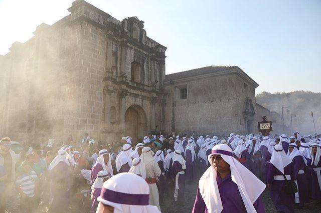Cortejo procesional pasando frente a Templo de Capuchinas. 5:00 p.m. . . . . . #quepeladoguate #everydaylatinamerica #canon #canonguatemala #everydayguatemala #culture #architecture #guatemala #guategram #5dmarkiv #canon24105