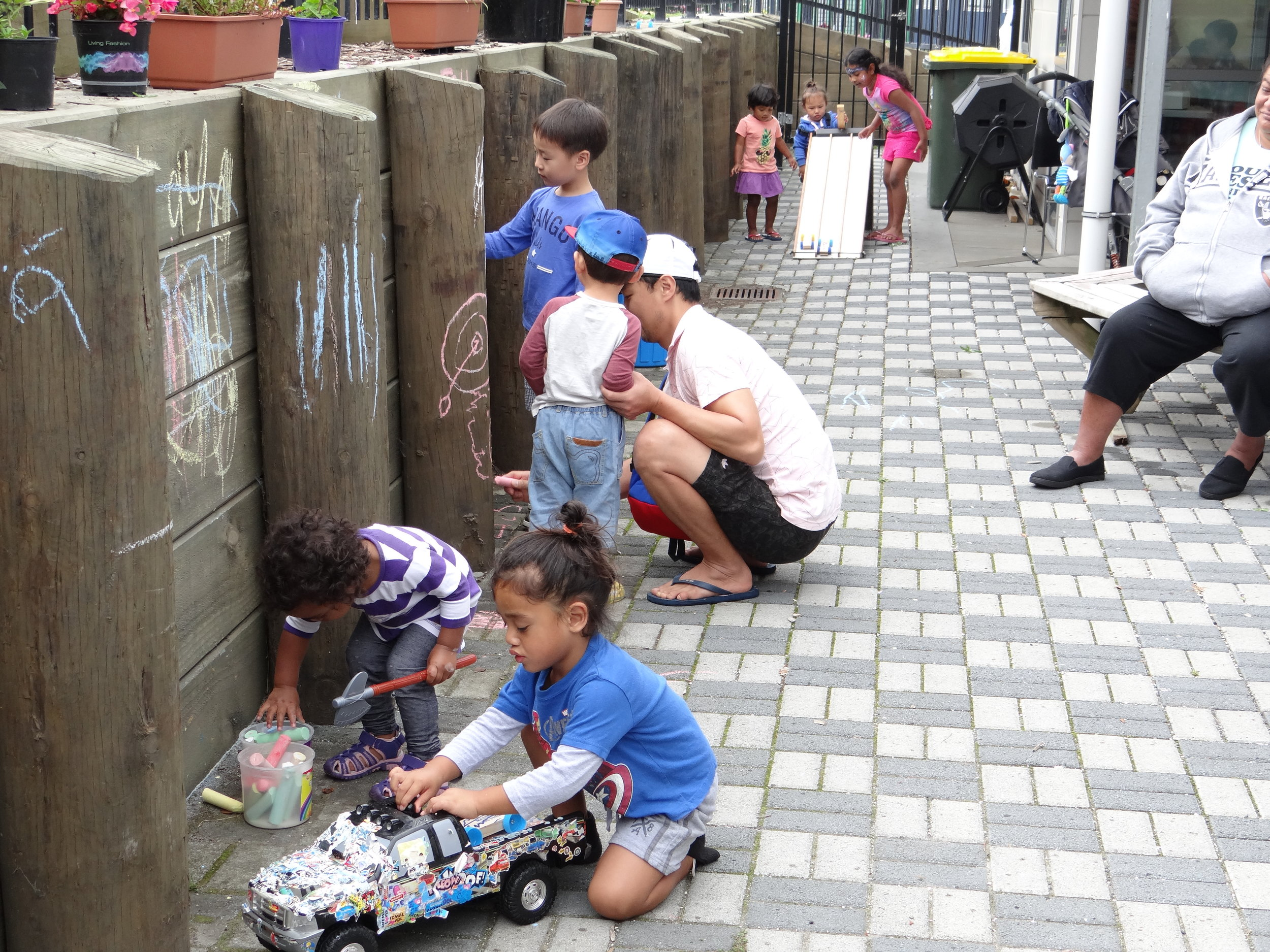 This year the Hub hosted the 2nd annual Neighbours Day. Here you can see the local neighbourhood kids doing chalk drawings on the wall and showing off their face paint.