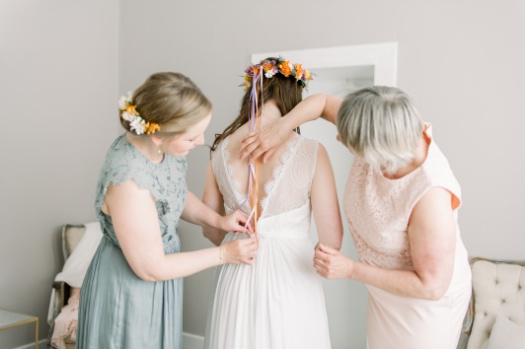 Bride getting ready with her mom and her maid of honour
