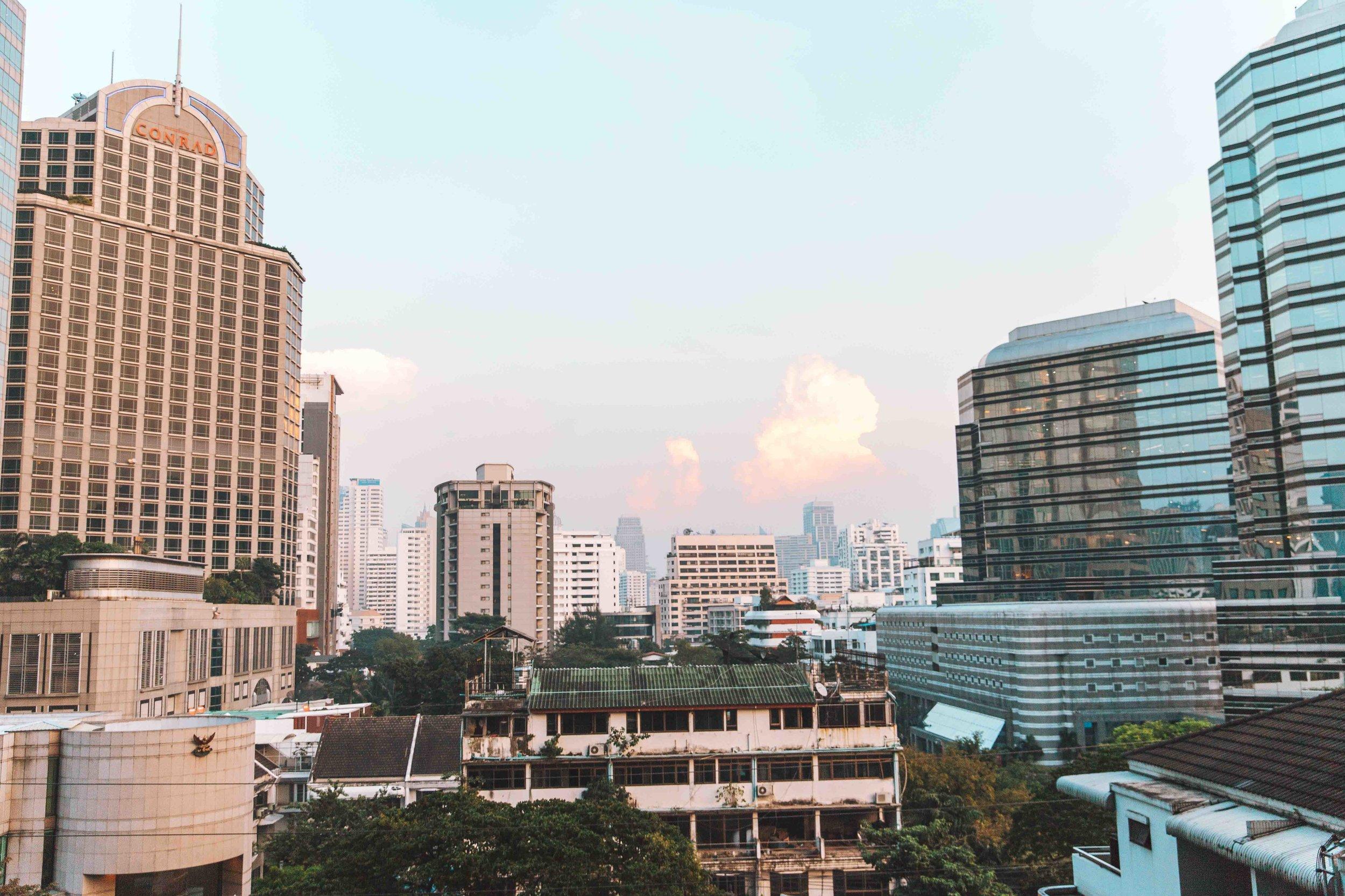 Sono rimasta affascinata dai colori di quella nuvola. Il tramonto a Bangkok è una cosa da non perdere.