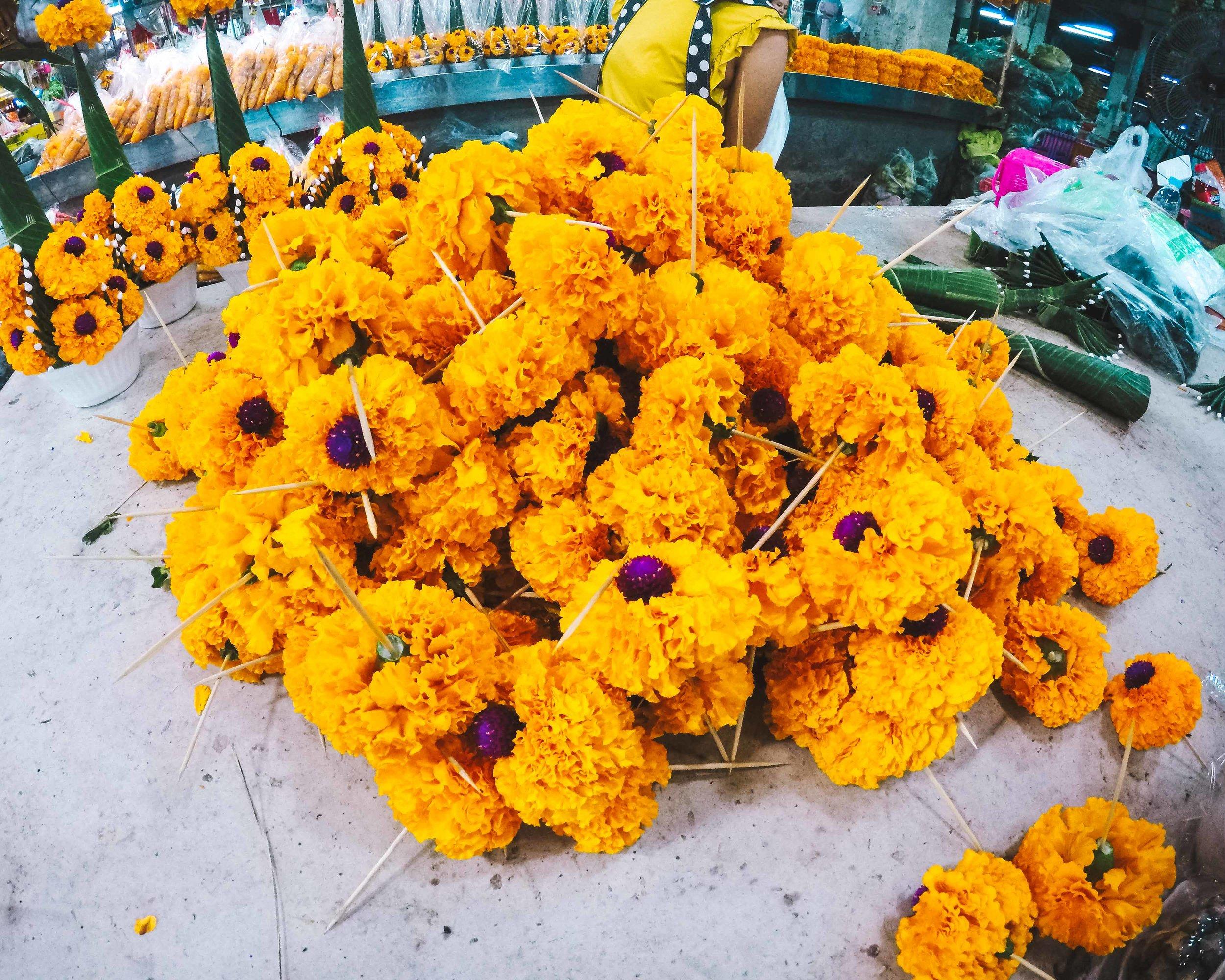 Al mercato dei fiori la notte.