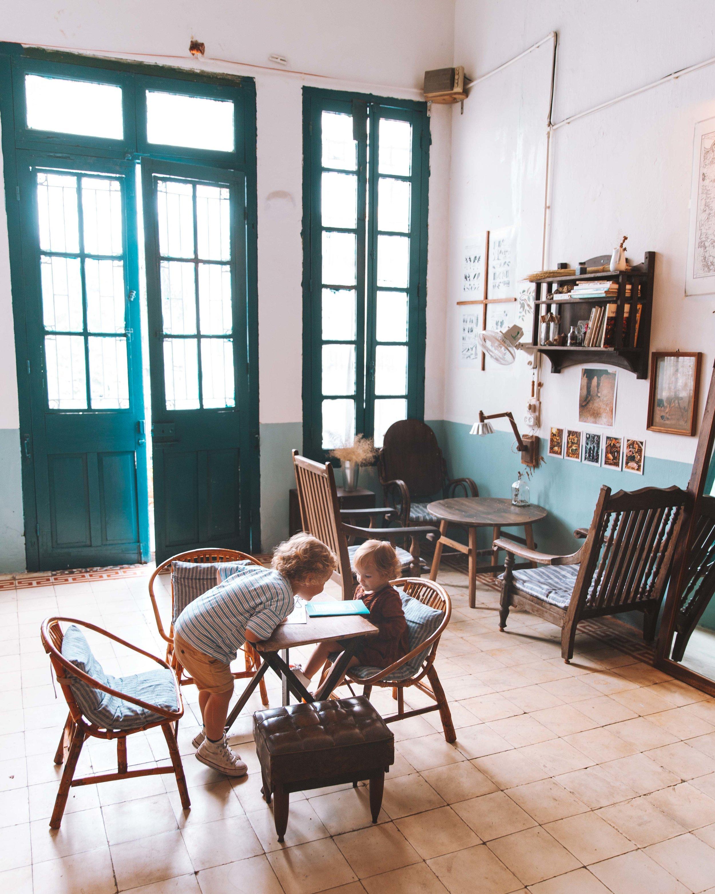 """Stavamo passeggiando per l'Old Quartier quando Julien ha notato una piccolissima scritta appesa all'entrata di un vicolo, che diceva """" The Little Plan Cafè """". Incuriositi, ci siamo fatti strada . Un signore dietro di noi. """"Cafè?"""", ci chiede. Rispondiamo di si. Bussa ad una porta, ci apre una ragazza con uno splendido sorriso. Abbiamo trovato una perla. Questo e tantissimi altri nostri indirizzi top, nella nostra Guida di Hanoi, presto disponibile."""