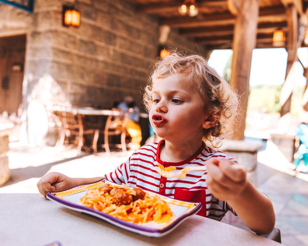 Al ristorante ci sono ramen, gyoza, hamburger. Lui é riuscito, ancora una volta, a trovare la pasta con le polpette.
