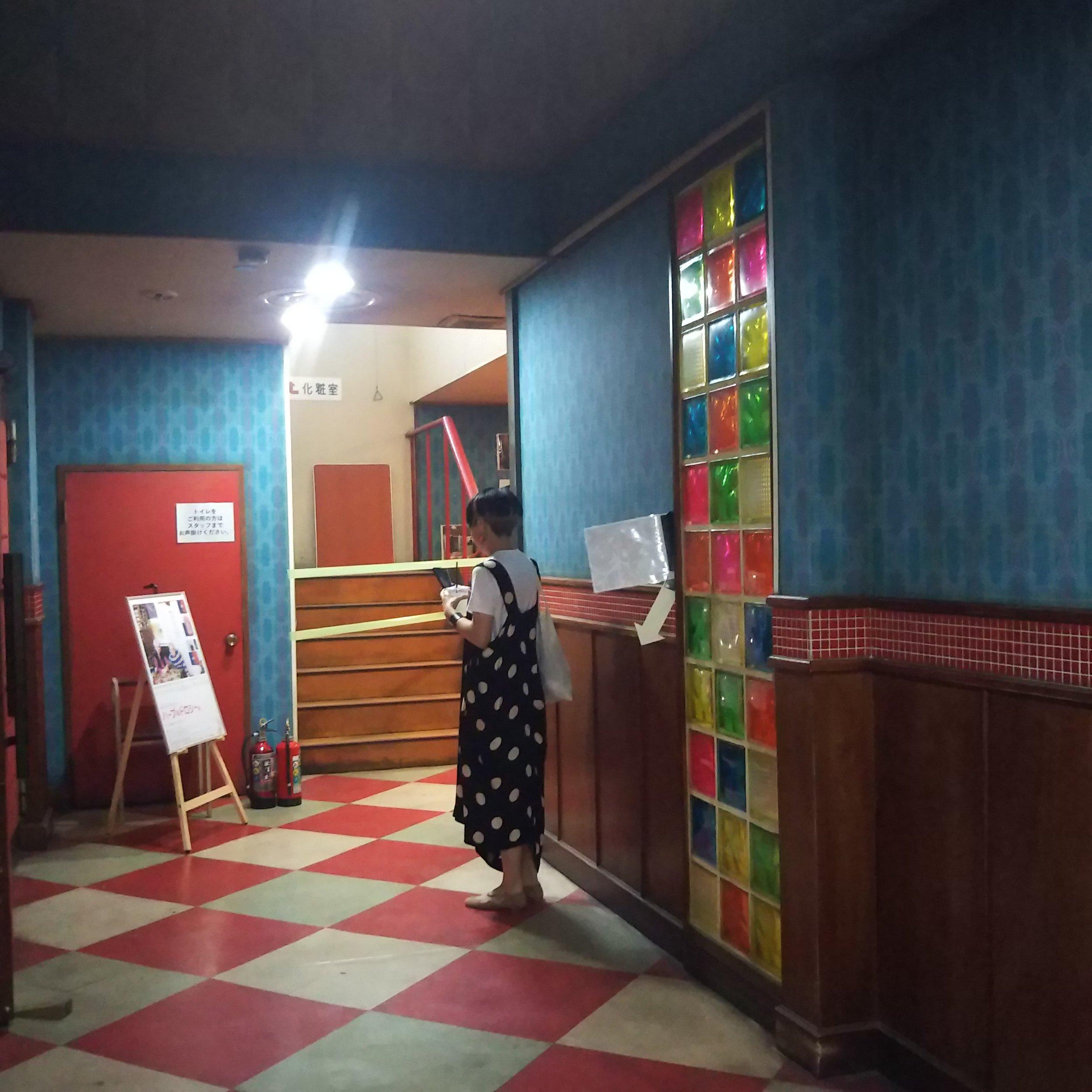 映画のセットが残っていて、かわいい館内。