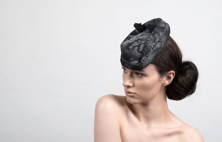 This felt piece is a hand sprayed pattern with grey and black colours. It is inspired from the form of the French beret, Katherine has mixed the beret form in a different way to give her hat a timeless feel.