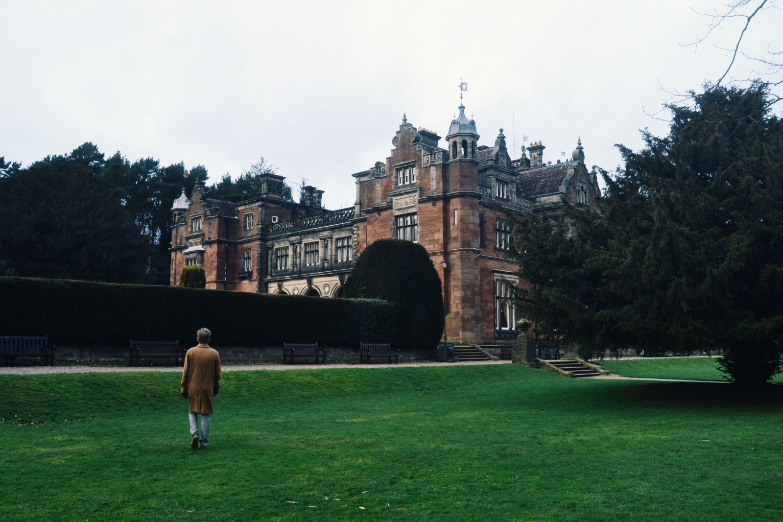 Taustalla yliopistomme ylpeyden aihe: Historiallinen Keele Hall.