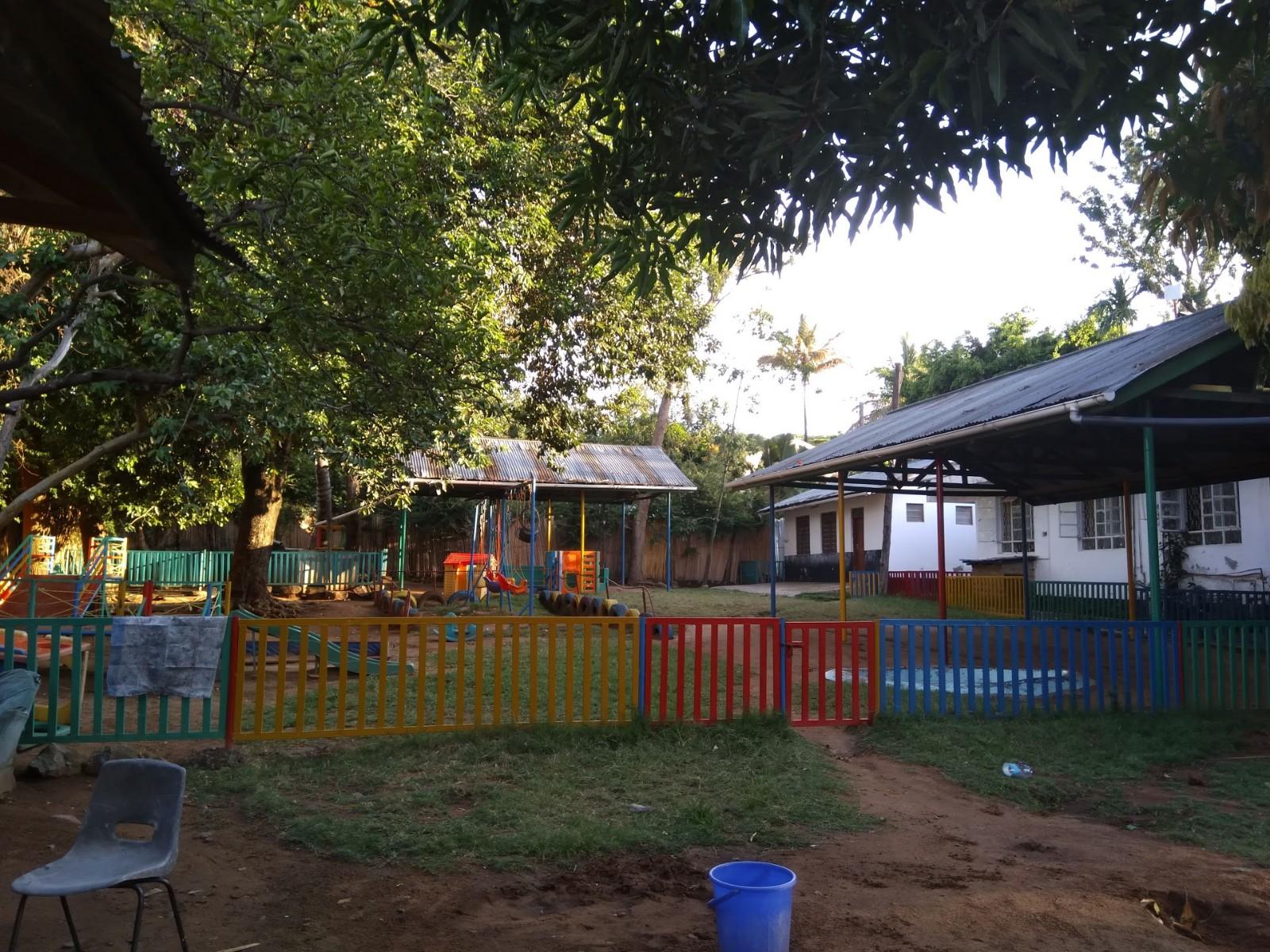 Baby Homen puutarha sekä taustalla leikkikoulu ja päärakennus.