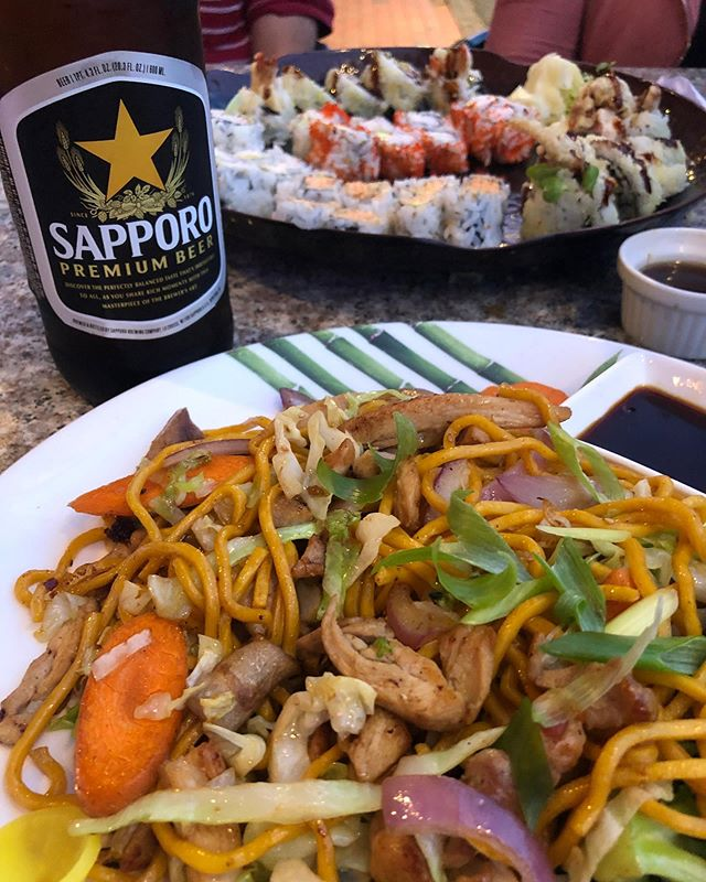 Sushi Friday! I love the sushi places where I can get something other than sushi, udon, yakisoba etc, and my hubby can get sushi!🍱🍣🍤