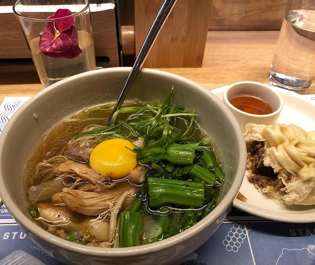 Ramen Heaven at Momofuku Noodle Bar 😇🍜 I stopped in at the Columbus Circle location and it was much less crowded and I still got the full experience! Garlic chicken ramen, stuffed bun with short ribs and caramelized onions, and a jasmine tea highball cocktail 😍