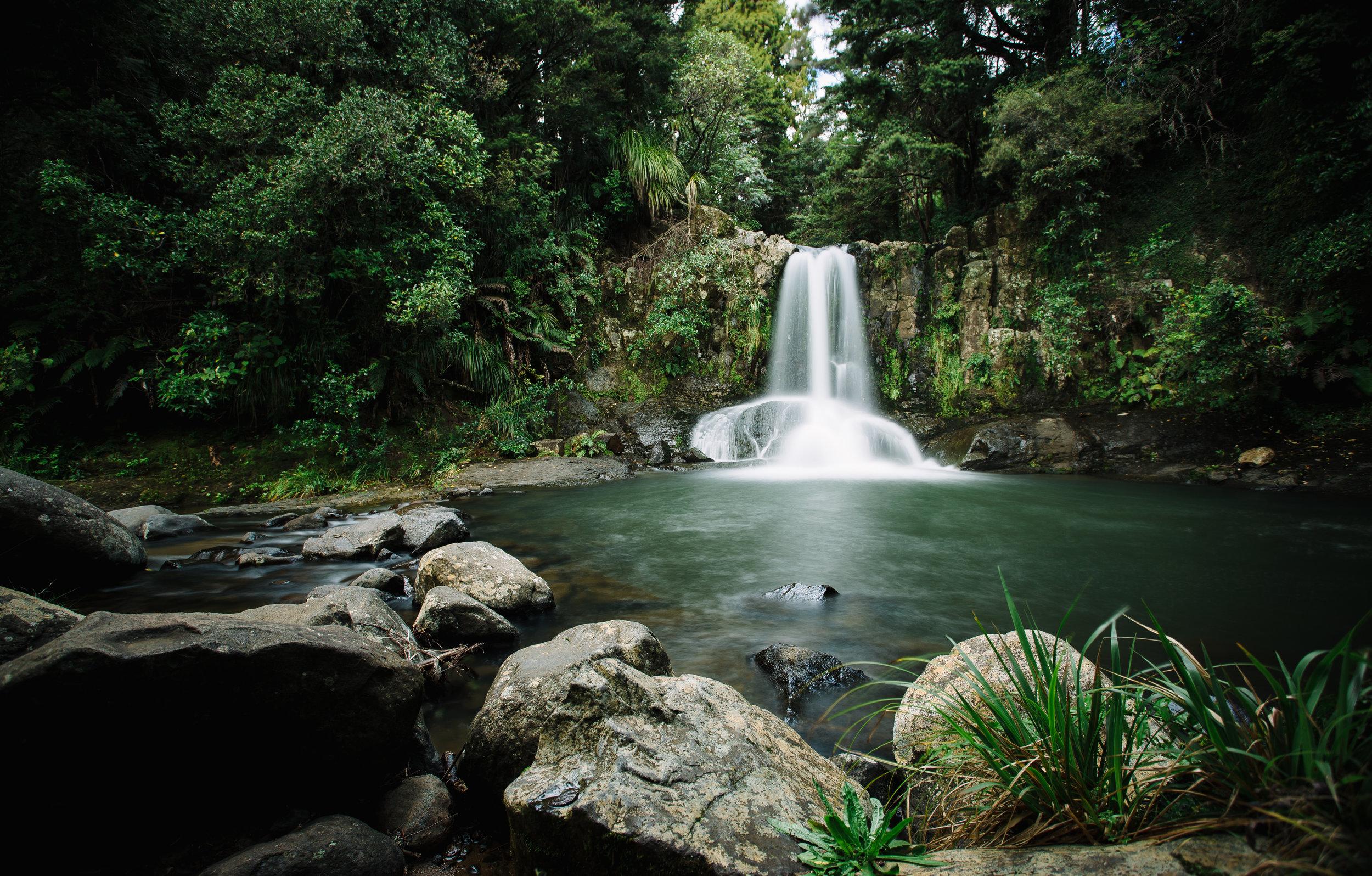 Frukost vid ett vattenfall någonstans i Nya Zeeland