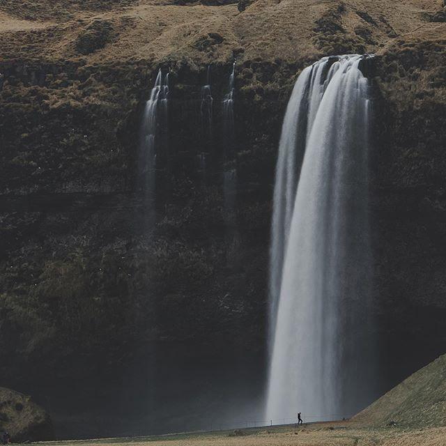 Maternity photography🤩 can you see anything though🤦♂️ - - - - - - #iceland #wheniniceland #waterfalls #ig_shotz #igscandinavia #natgeotravel #longexpoelite #nordicphotos #destionationearth #awesomedreamplaces #show_us_nature #icelandiclandscape #naturevisuals #icelandicnature #inspiredbyiceland #folkscenery #folksouls #artofvisuals #magic #exploremore #findmagic #agameoftones #aov #stayandwander #visualsofearth #visualscollective #moodygrams #passionpassport #seljalandsfoss #maternityshoot