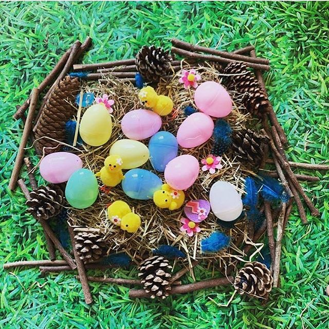 Our #oursensoryeaster prompt today is NEST 🦢 . [FEATURED @lifewithloganandizzie] A beautiful invitation to get outside and get creative today for you all. It could be inside, in the garden, at your local park or forest or on the beach (check out the ideas in our stories for ideas) . I used to love creating nests from the freshly cut grass at my Primary School years ago. I don't know what it is about it that is so much fun. But kids still love it today. The perfect Easter themed play for an easy Saturday before the real chaos begins tomorrow!!