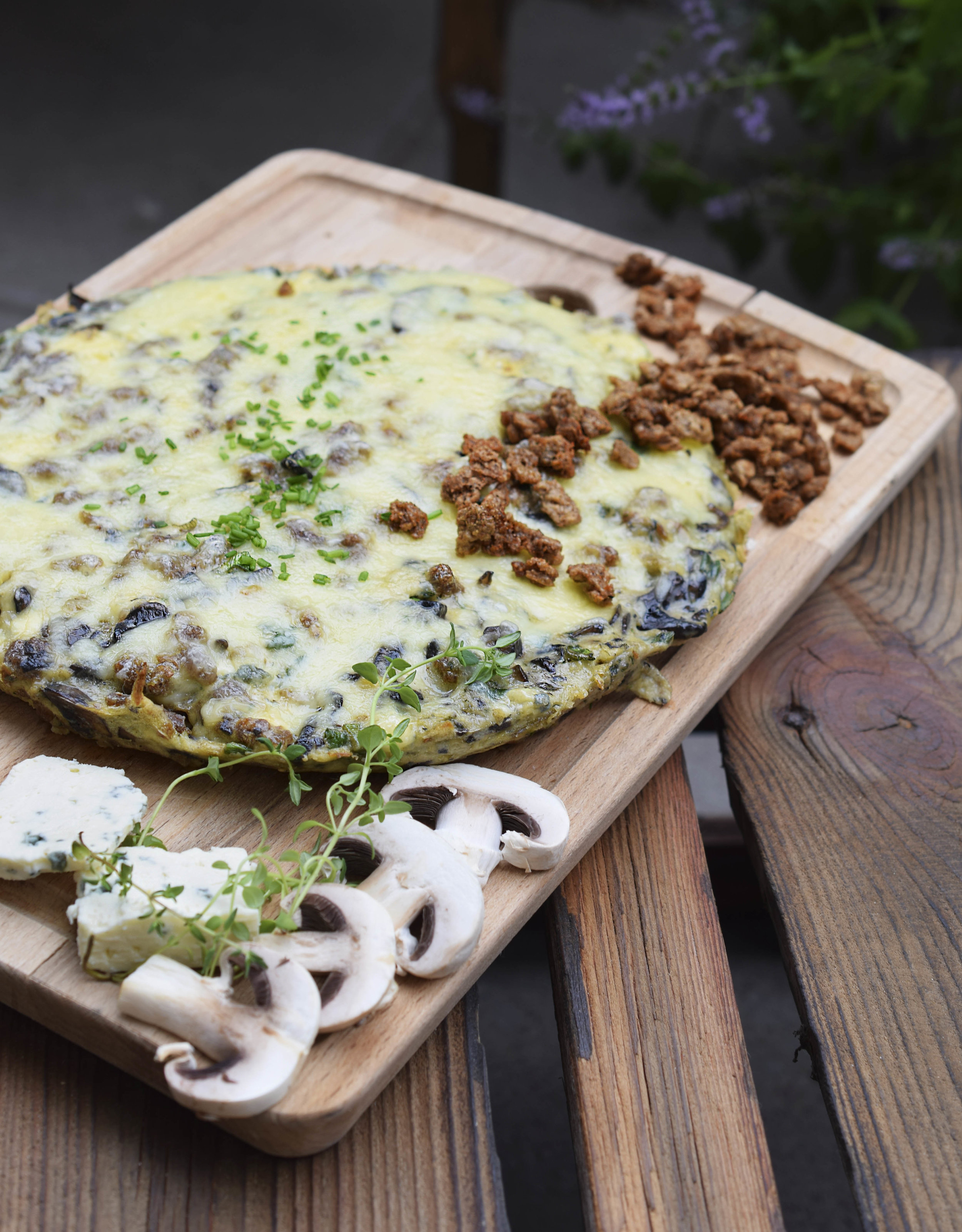 SIRKKIS® - FRITATA - 10 Eggs150g Mushrooms2-3 Cloves Garlic150g Sirkkis®4-5 Twigs of Thyme or 2-3 Twigs of Rosemary100g Blue Cheese1 Tablespoon Butter1 Teaspoon OilSaltPepper