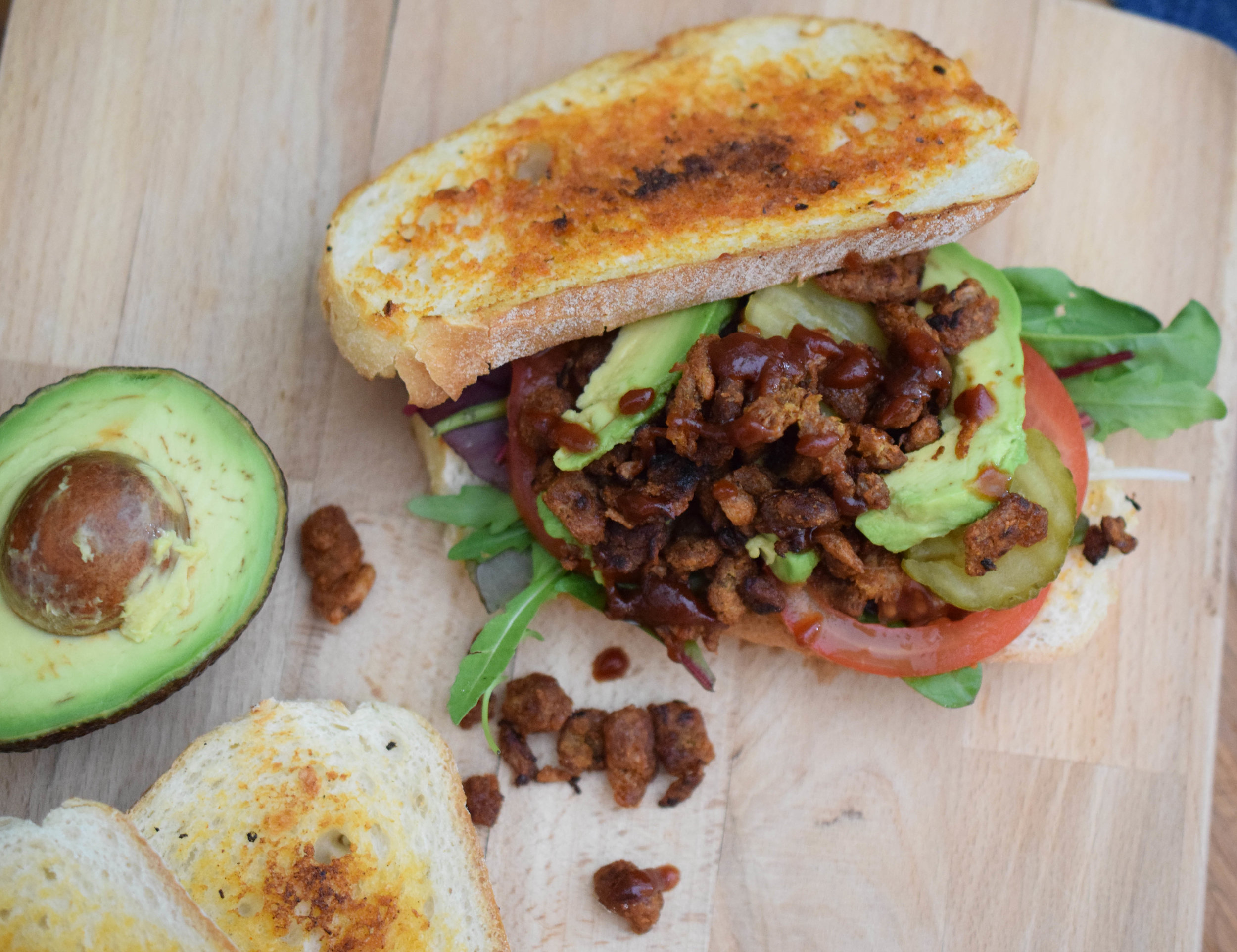SIRKKIS®-TOAST - Sirkkis®BBQ sauceFrench bread½ dl Olive oil½ teaspoon ofGrill spice1 sml garlic gloveAmerican style pickleAvocadoTomatoSalad mix