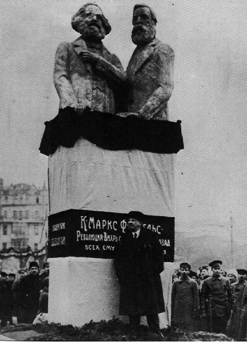 Lenin giving a speech at the opening of a sculpture from the Monumental Propaganda program