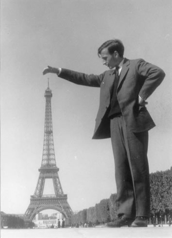 Man posing with the Eiffel Tower