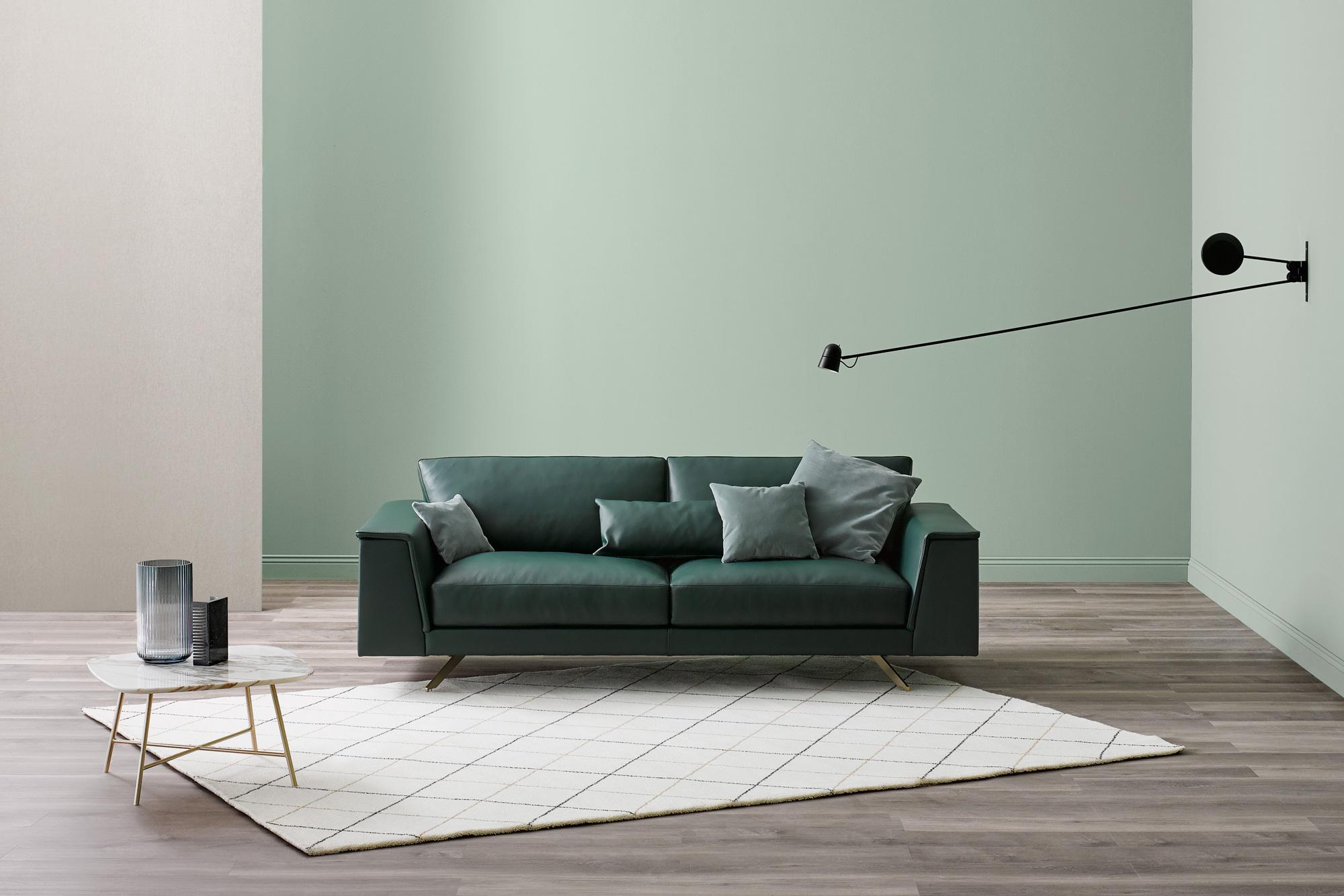Dalla forma aerodinamica il divano Fly si propone come un divano moderno dalle linee pulite e slanciate