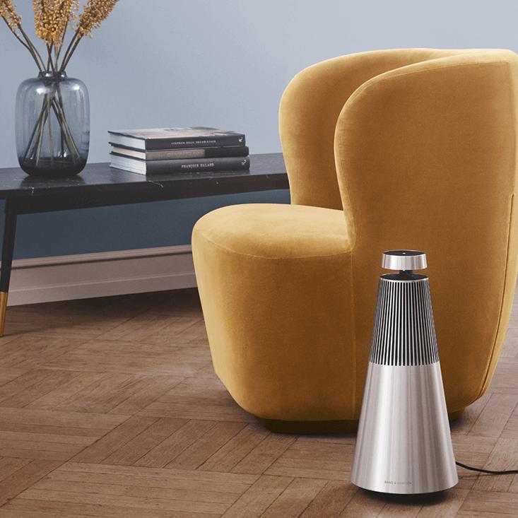 BEOSOUND 2 - Een ongekend krachtig muzieksysteem dat iedere ruimte met 360-graden geluid vult. In silver of brass tone aluminium.€ 2.000,-
