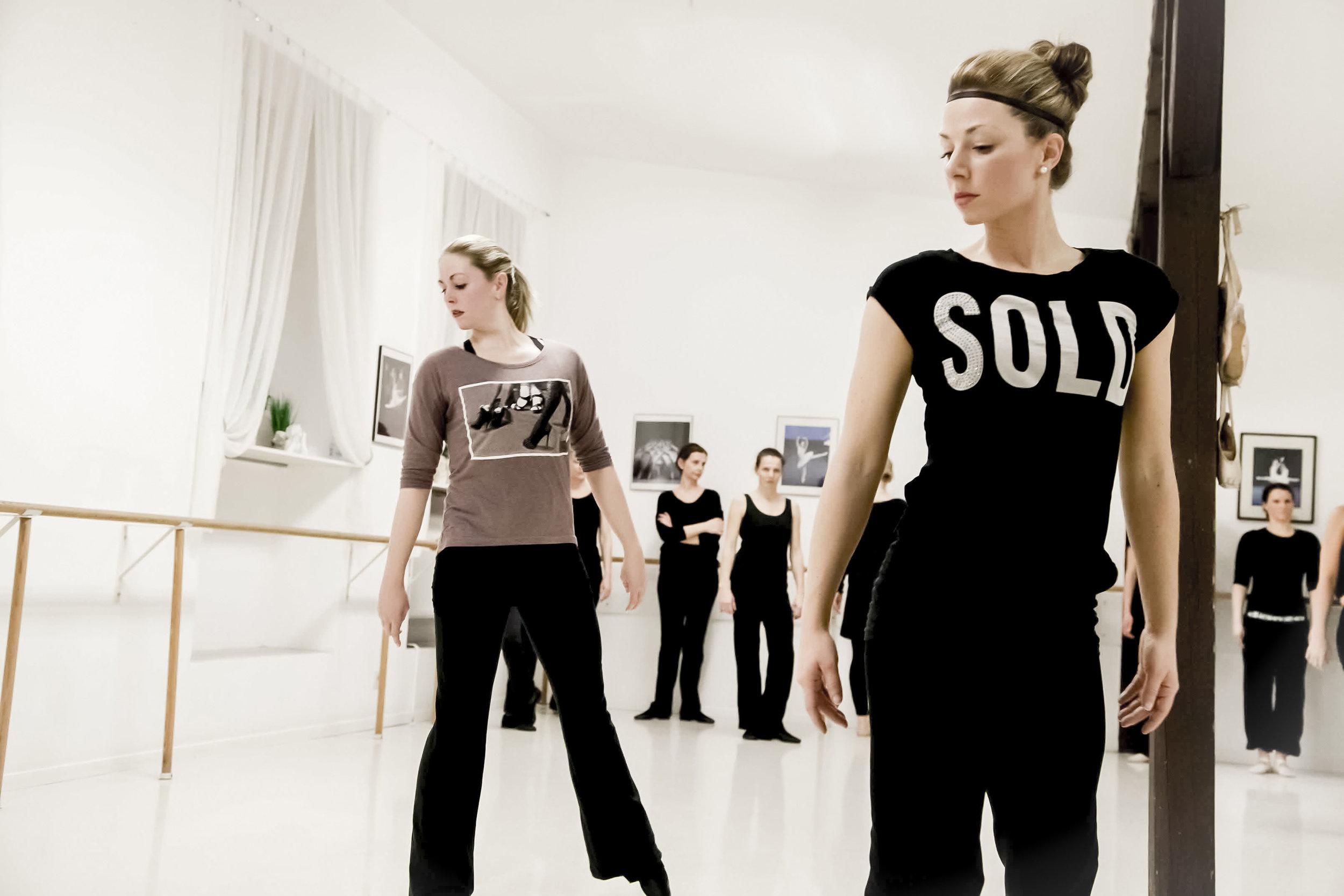 """JAZZ DANCE   Die Jazzklassen stellen allein schon durch die aktuelle Musik, die verwendet wird, aber auch durch das Aufbrechen der """"starren"""" (oder: strengen) Form des klassischen Balletts eine angenehme und aufregende Bereicherung unseres Angebotsspektrums dar.  Wir unterrichten die klassische Form des Jazztanzes, aus der sich die verschiedensten Stilrichtungen wie Streetdance, Hip-Hop u.v.m. ableiten. Durch die Einbeziehung einzelner Elemente aus den unterschiedlichsten Richtungen entwickelt sich im Unterricht eine interessante Kombination aus """"alten"""" und """"neuen"""" Elementen.    Zur Bildergalerie"""