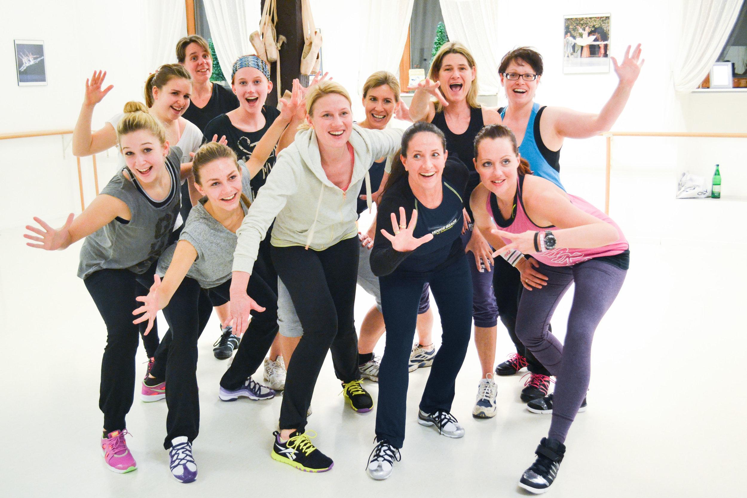 ZUMBA   Zumba ist ein Tanzfitnessprogramm zu lateinamerikanischer Musik in Kombination internationaler Hits, bei dem der Spaß im Vordergrund steht. Einfache Schrittkombinationen getanzt zu schnellen und langsamen Rhythmen in einer partyähnlichen Atmosphäre. Es werden gezielte Bereiche wie Bauch, Beine, Po und Arme trainiert. Zumba ist für jeden auch ohne Tanzkenntnisse geeignet.    Zur Bildergalerie